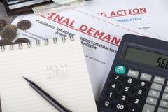 Cuentas en una tabla con algo de efectivo y una calculadora Fotos de archivo libres de regalías