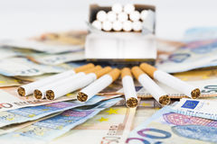 Cuentas euro de los billetes de banco con los cigarrillos Foto de archivo