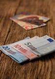 Cuentas euro en el tablero de madera con las tarjetas de crédito en fondo Fotos de archivo