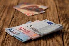 Cuentas euro en el tablero de madera con las tarjetas de crédito en fondo Imágenes de archivo libres de regalías