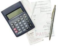 Cuentas, pluma y calculadora de las compras Fotografía de archivo libre de regalías
