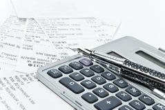 Cuentas y calculadora Foto de archivo libre de regalías