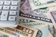 Cuentas y calculadora de dólar del detalle Foto de archivo libre de regalías