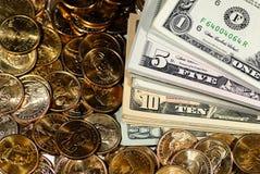 Cuentas y monedas de dinero del efectivo Imágenes de archivo libres de regalías