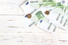 Cuentas y monedas euro del dinero foto de archivo libre de regalías