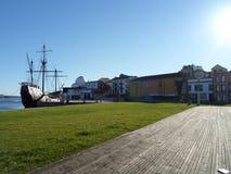 Cuente el barco del pueblo Fotos de archivo