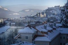 Cuento de hadas del invierno, ciudad vieja de Salzburg con el castillo Foto de archivo libre de regalías