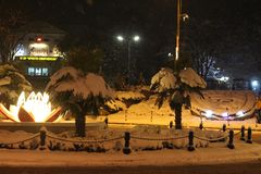 Cuento de hadas del invierno en el centro de la nieve fría de Petrich - de enero imagen de archivo