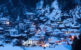 Cuento de hadas Nevado en Bulgaria La noche pasa abajo el pueblo de Shiroka Laka, Bulgaria Fotografía de archivo