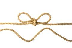 Cuerda aislada Primer de la figura nodo o nudo a partir de dos cuerdas marrones aisladas en un fondo blanco Marina de guerra y nu imagen de archivo libre de regalías
