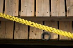 Cuerda amarilla sobre muelles fotografía de archivo