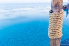 Cuerda atada, cuerda de madera, cuerda principal imagen de archivo libre de regalías