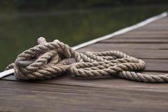 Cuerda atada en el puerto Imagen de archivo libre de regalías
