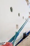 Cuerda azul del barco de cruceros al bolardo rojo Fotografía de archivo libre de regalías