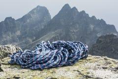 Cuerda azul en el fondo de un canto de la montaña Fotos de archivo