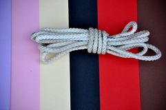 cuerda blanca del rollo en fondo Fotos de archivo libres de regalías