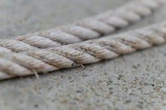 Cuerda blanca en el muelle Imagen de archivo libre de regalías