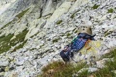 Cuerda, casco, mosquetones, arnés que sube y rasgo descendente en la roca Fotos de archivo libres de regalías