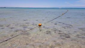 Cuerda con las boyas en el mar almacen de video