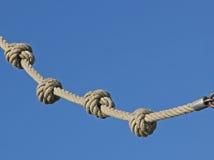 Cuerda con los nudos y el cielo azul Foto de archivo