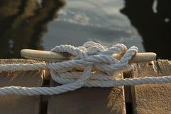 Cuerda de barco amarrada en el embarcadero fotos de archivo