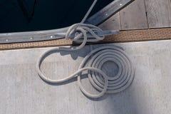 Cuerda de barco atada al muelle Imágenes de archivo libres de regalías
