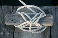 Cuerda de barco atada a la grapa fotos de archivo