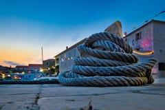 Cuerda de barco de la herida en el bolardo del amarre Foto de archivo libre de regalías