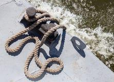 Cuerda de barco en un barco del metal Fotografía de archivo