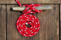 Cuerda de barco roja Imagenes de archivo