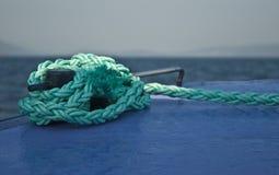 Cuerda de la amarradura atada al barco Foto de archivo libre de regalías