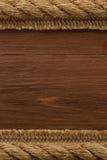 Cuerda de la nave en la textura de madera imagenes de archivo