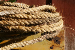 Cuerda de Manila en el piso de madera Imagen de archivo