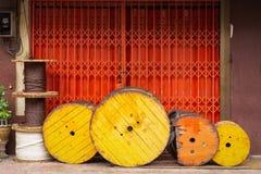 Cuerda de nylon del rollo de los haces de madera fuera del edificio Foto de archivo