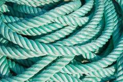 Cuerda de nylon en una nave en el puerto Foto de archivo