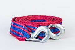 Cuerda de remolque azul/roja con los ganchos del metal aislados Imágenes de archivo libres de regalías