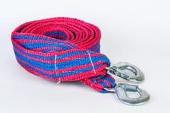 Cuerda de remolque azul/roja con los ganchos del metal aislados Imagenes de archivo
