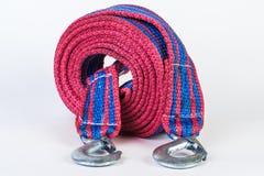 Cuerda de remolque azul/roja con los ganchos del metal aislados Foto de archivo libre de regalías