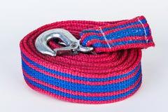 Cuerda de remolque azul/roja con los ganchos del metal en un backgr blanco Fotos de archivo
