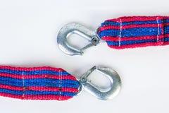 Cuerda de remolque azul/roja con los ganchos del metal en un backgr blanco Imagen de archivo libre de regalías