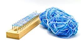 Cuerda de rosca azul y bloque de madera imagenes de archivo