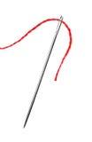 Cuerda de rosca roja y aguja aisladas fotografía de archivo libre de regalías
