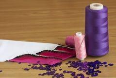 Cuerda de rosca y tela de los carretes con bordado Foto de archivo libre de regalías
