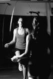 Cuerda de salto de la mujer en un entrenamiento del boxeo fotografía de archivo