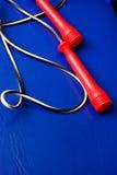 Cuerda de salto handeled roja Foto de archivo