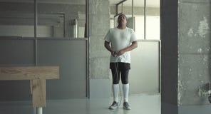 Cuerda de salto joven del hombre negro almacen de metraje de vídeo