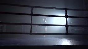 Cuerda de salto de la mujer en un cuarto oscuro Silueta Cámara lenta metrajes