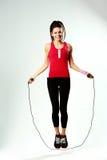 Cuerda de salto sonriente joven de la mujer Fotografía de archivo libre de regalías