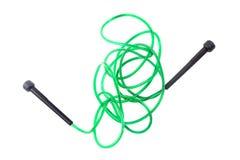 Cuerda de salto verde para el entrenamiento de la clase en el fondo blanco Fotografía de archivo libre de regalías