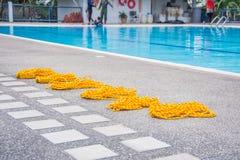 Cuerda de salvamento amarilla en el poo del piso Foto de archivo libre de regalías
